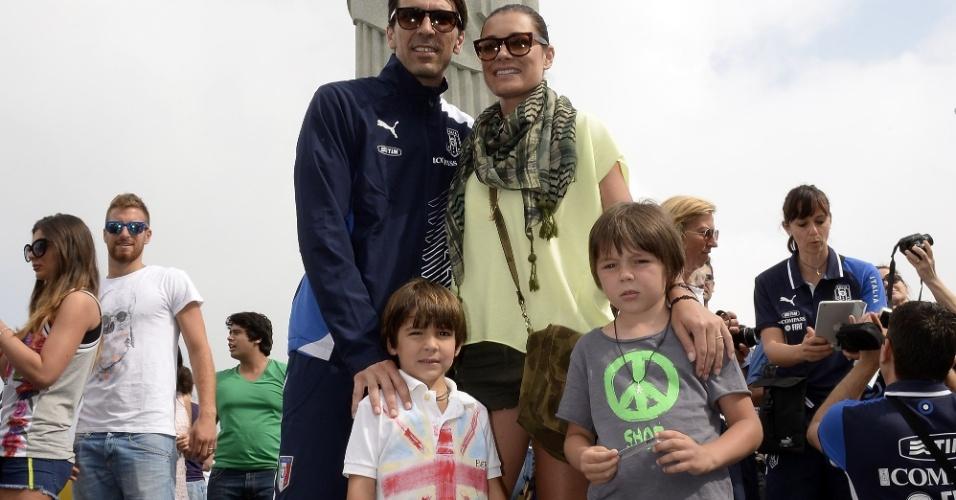 13.jun.2013 - Goleiro Buffon posa com a mulher e os filhos durante visita da seleção italiana ao Corcovado dias antes da estreia na Copa das Confederações