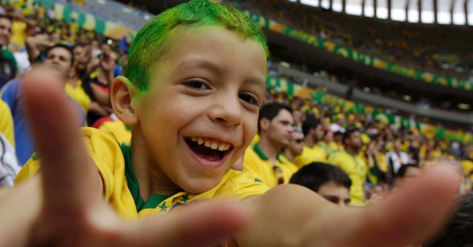 15.jun.2013 - Torcedor mirim aguarda início do jogo entre Brasil e Japão pela abertura da Copa das Confederações em Brasília