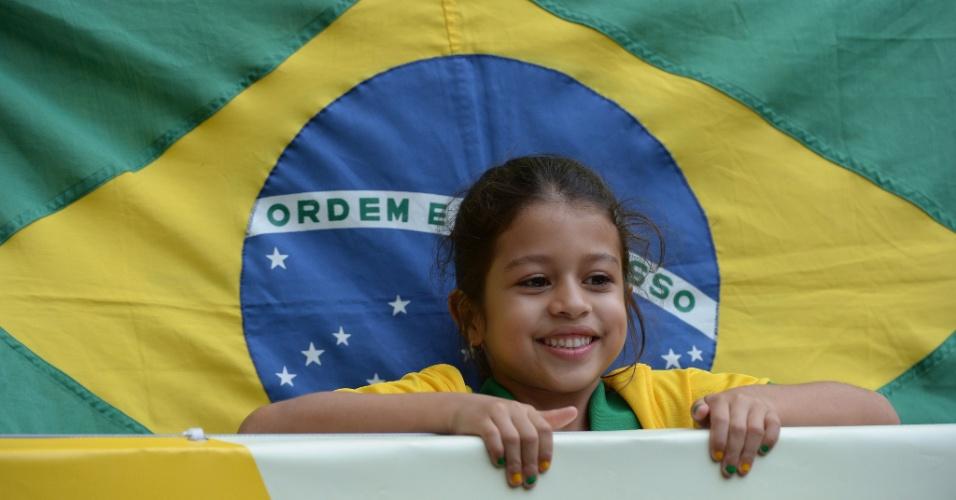 15.jun.2013 - Torcedora mirim com as unhas pintadas de verde e amarelo aguarda início do jogo entre Brasil e Japão pela abertura da Copa das Confederações em Brasília