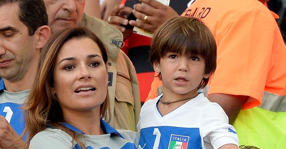 16.jun.2013 - Mulher (Alena) e filho (David) do goleiro Buffon aguardam início da partida entre Itália e México no Maracanã pela Copa das Confederações