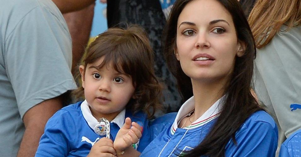 16.jun.2013 - Mulher (Michela) e filha (Aurora) de Aquilani aguardam início da partida entre Itália e México no Maracanã pela Copa das Confederações