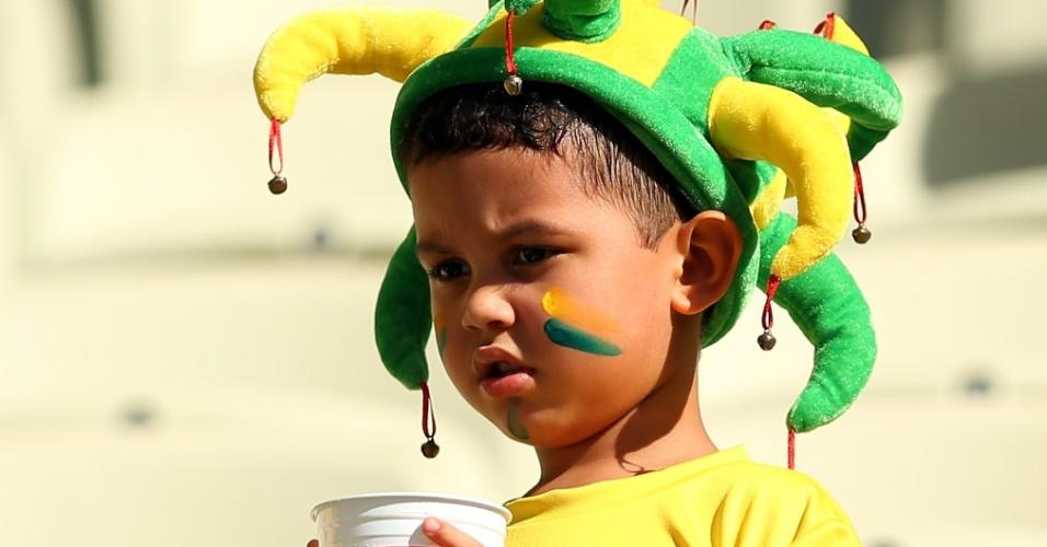 19.jun.2013 - Garotinho aguarda o início da partida entre Brasil e México pela Copa das Confederações em Fortaleza