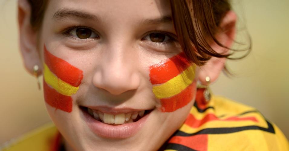 20.jun.2013 - Torcedora mirim com as cores da Espanha no rosto aguarda o início do jogo contra o Taiti no Maracanã pela Copa das Confederações