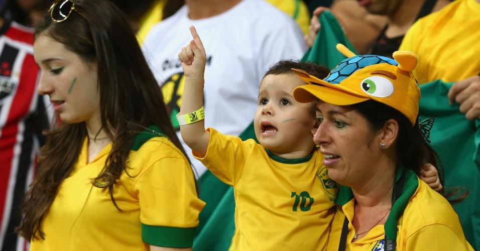 22.jun.2013 - Torcedor mirim aguarda início do jogo entre Brasil e Itália pela Copa das Confederações em Salvador