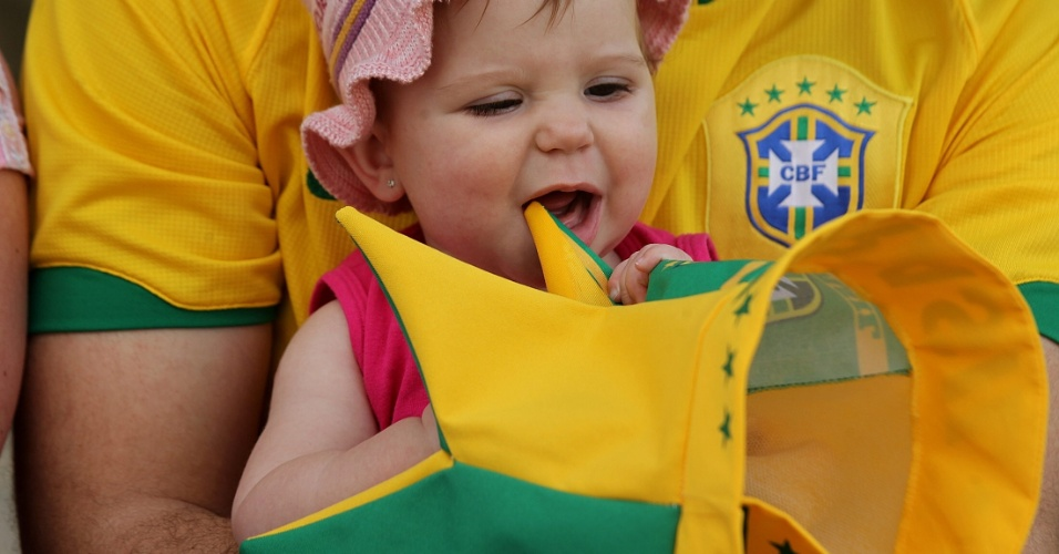 22.jun.2013 - Torcedora mirim aguarda início do jogo entre Brasil e Itália pela Copa das Confederações em Salvador