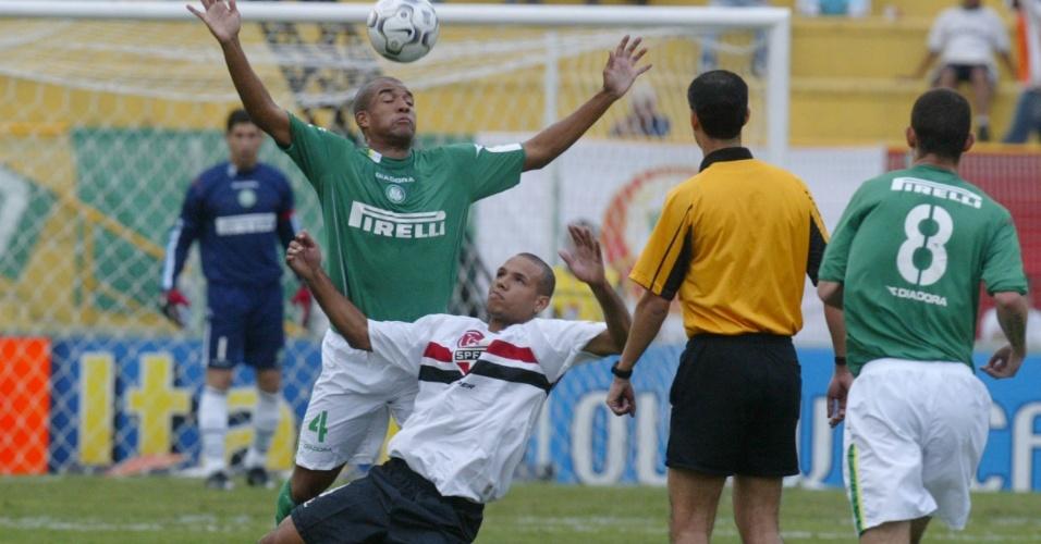 27-06-2013 - Fortemente marcado, Luis Fabiano perdeu pênalti e foi chamado de pipoqueiro