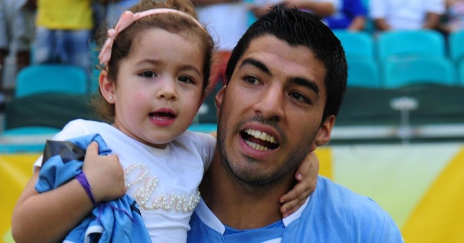 30.jun.2013 - Atacante uruguaio Suárez entra em campo com a filha para a disputa de terceiro lugar da Copa das Confederações contra a Itália
