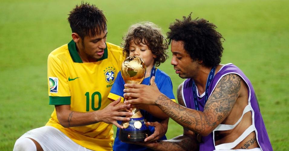 30.jun.2013 - Enzo, filho de Marcelo, se diverte com o lateral e com o atacante Neymar na premiação da Copa das Confederações