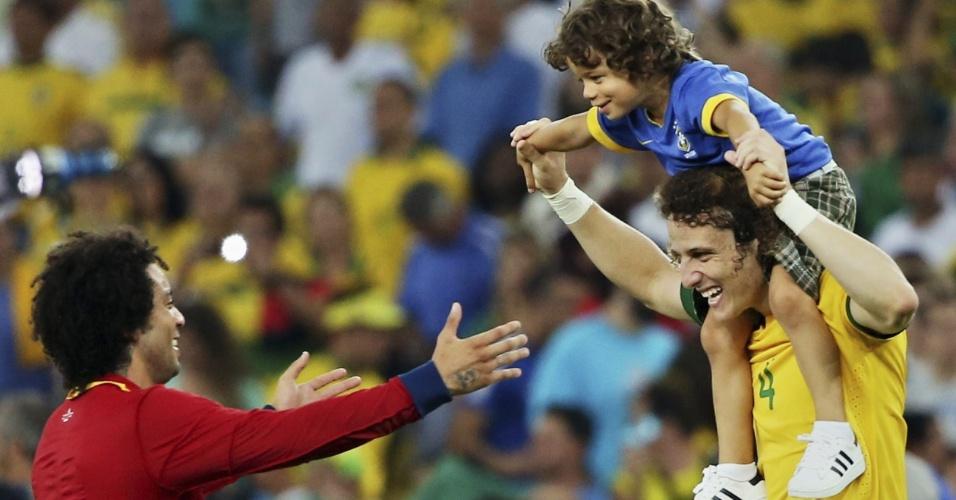 30.jun.2013 - Enzo, filho de Marcelo, se diverte com o lateral esquerdo (e) e com o zagueiro David Luiz na premiação da Copa das Confederações