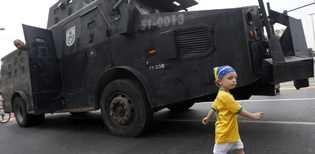 Garotinho caminha ao lado de blindado da PM ao lado do Maracanã durante a Copa das Confederações