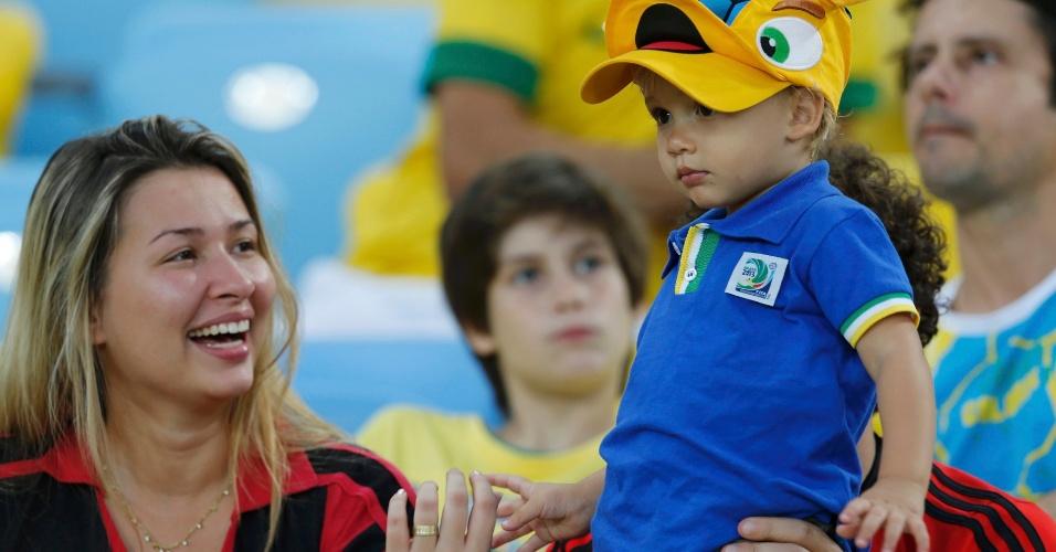 30.jun.2013 - Torcedor mirim com um boné do mascote da Copa, Fuleco, aguarda início do jogo entre Brasil e Espanha pela final da Copa das Confederações