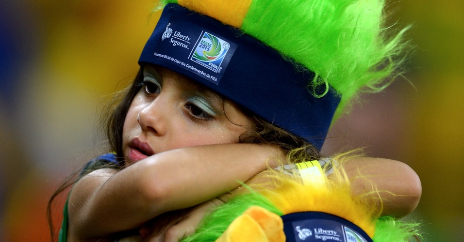 30.jun.2013 - Torcedora mirim mostra cansaço enquanto aguarda o início de Brasil x Espanha pela final da Copa das Confederações no Mineirão