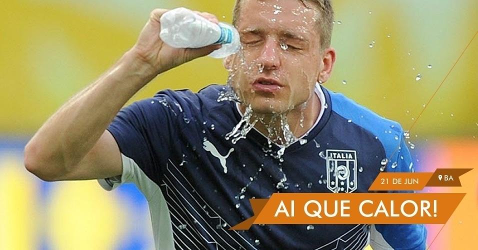 AI QUE CALOR! - Giaccherini joga água no rosto durante treino da Itália para tentar amenizar os efeitos do calor de Salvador