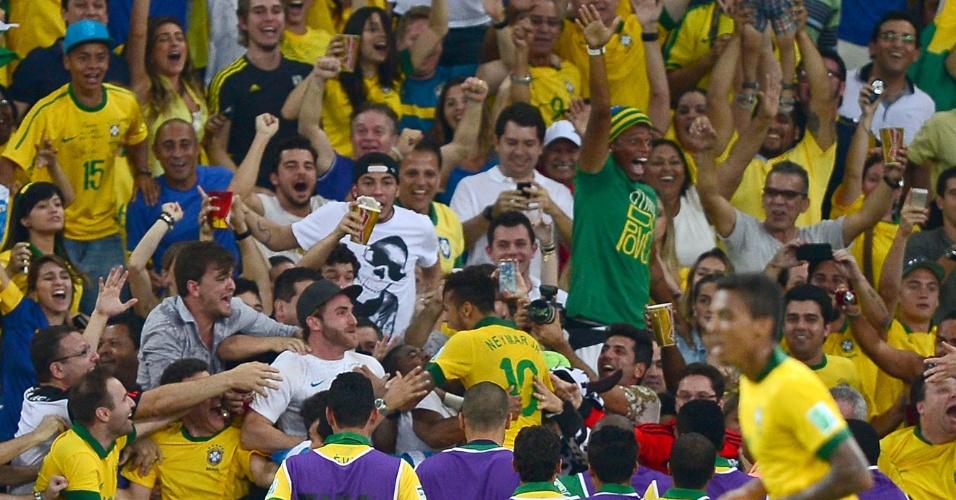 Atacante André (de verde à dir.) vibra no Maracanã após gol de Neymar