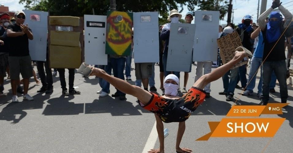 SHOW - Garoto aproveita manifestação em frente ao Castelão antes do jogo Espanha x Itália para mostrar habilidade na dança de rua