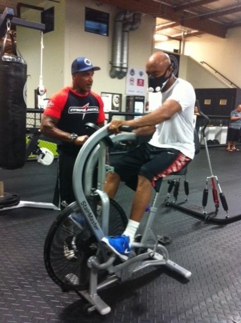 02.jul.2013 - Anderson Silva realiza exercícios durante treinamento para luta contra Chris Weidman pelo UFC 162