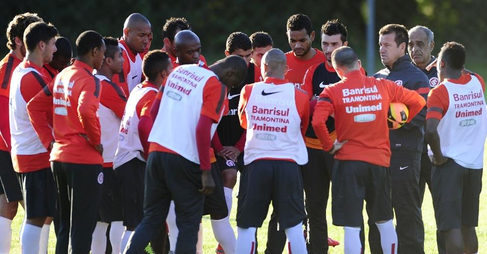 Dunga conversa com os jogadores do Inter em resort em Viamão (02/07/13)