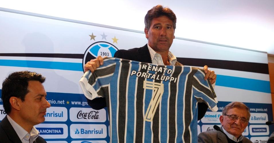 Renato Gaúcho posa com camisa retrô do Grêmio em apresentação (02/07/2013)