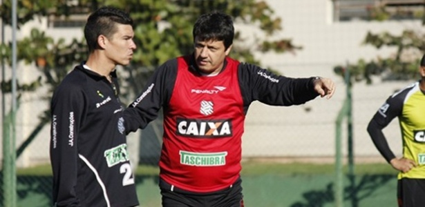 Adilson Batista comenda treino no CT do Cambirela do Figueirense