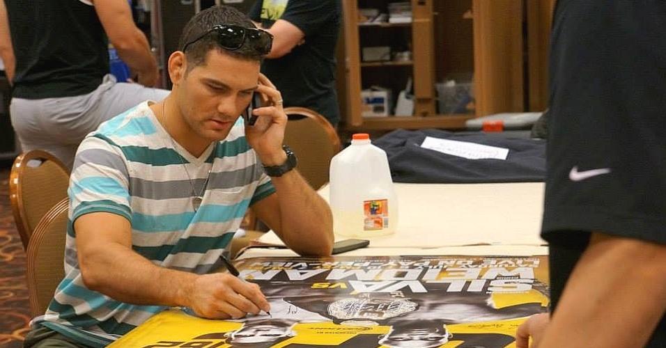 02.jul.2013 - Desafiante ao cinturão de Anderson Silva, Chris Weidman autografa pôsteres em Las Vegas, antes do combate deste fim de semana
