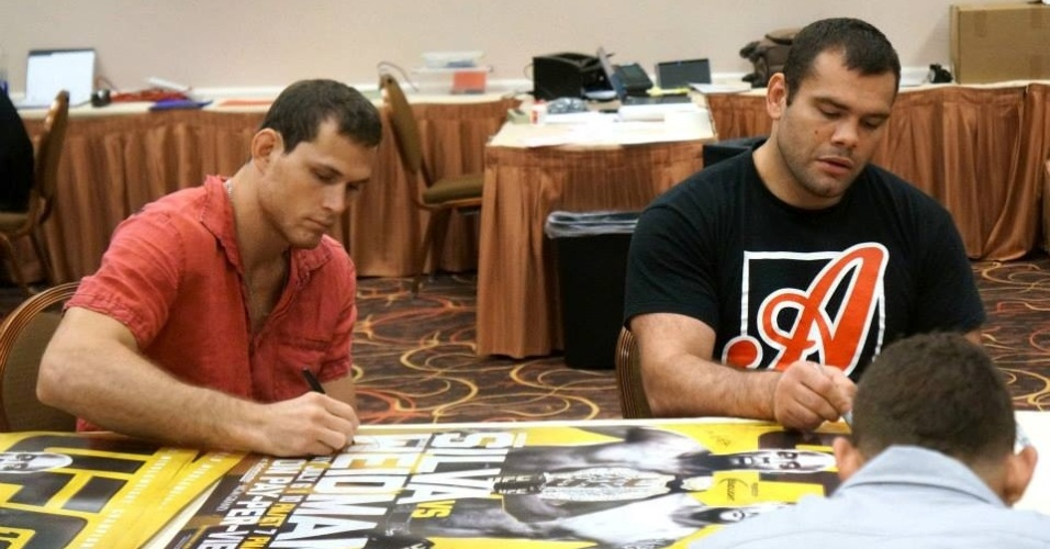 02.jul.2013 - Roger Gracie e Gabriel Napão assinam pôsteres antes do UFC 162, em Las Vegas