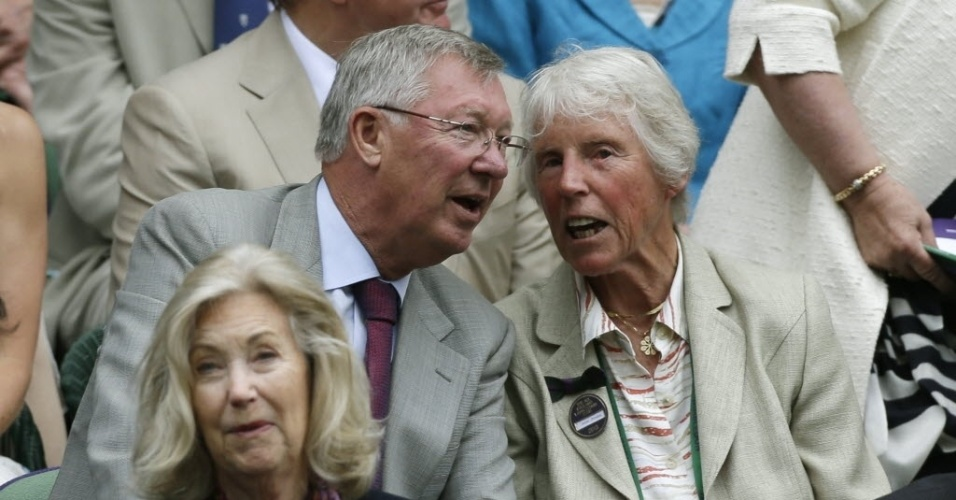 03.jul.2013 - Alex Ferguson, ex-técnico do Man. Utd., conversa com Ann Jones, ex-campeã de Wimbledon, nas arquibancadas da quadra central londrina