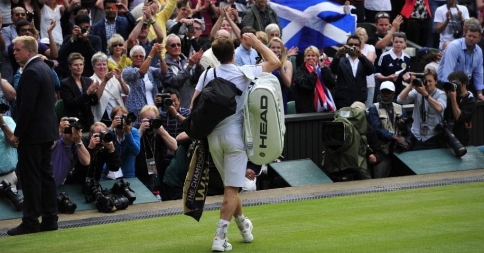 03.jul.2013 - Andy Murray é ovacionado pela torcida presente na quadra principal de Wimbledon após a vitória sobre Fernando Verdasco