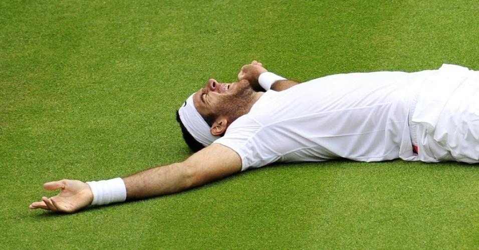 03.jul.2013 - Del Potro deita na grama da quadra central após derrotar Ferrer e se garantir nas semis de Londres