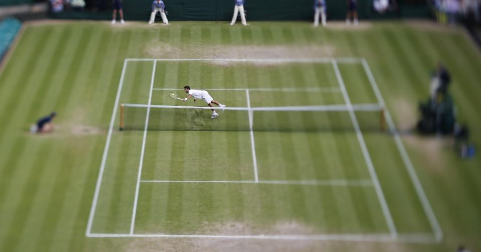 03.jul.2013 - Espanhol Fernando Verdasco se joga para tentar devolver ataque de Andy Murray