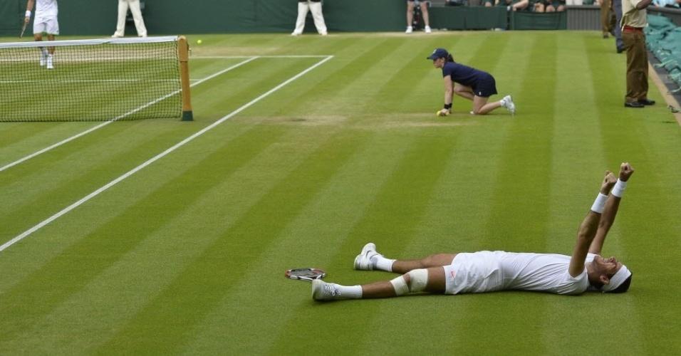 03.jul.2013 - Juan Martín Del Potro se joga na grama após derrotar David Ferrer e se garantir nas semis de Wimbledon