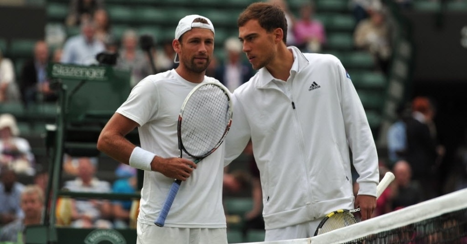03.jul.2013 - Lukasz Kubot  e Jerzy Janowicz posam antes do duelo polonês pelas quartas de Wimbledon