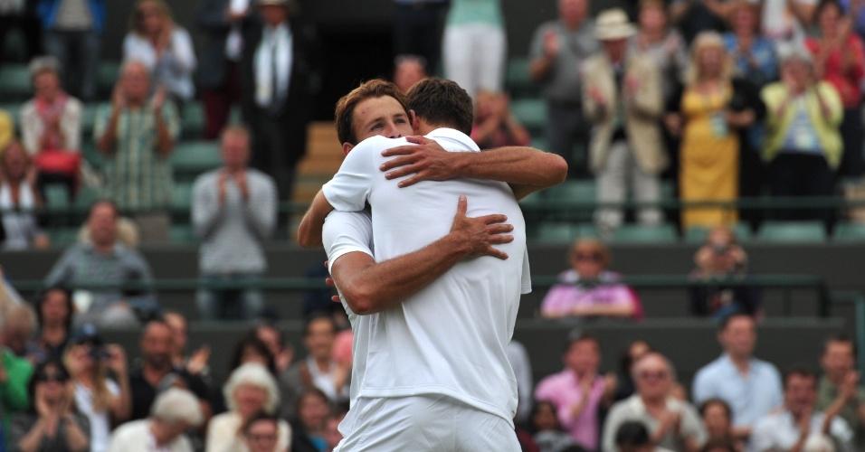 03.jul.2013 - O polonês Jerzy Janowicz (de costas) é abraçado pelo compatriota Lukasz Kubot após a vitória que garantiu a vaga na semifinal de Wimbledon