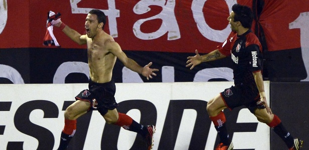 Sem camisa, Maxi Rodriguez comemora gol do Newells sobre o Atlético-MG