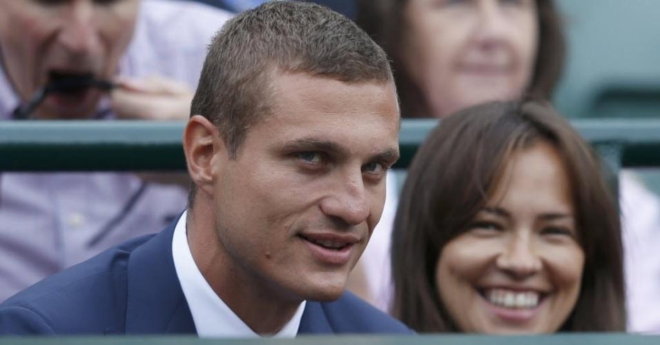 03.jul.2013 - Vidic, zagueiro sérvio do Manchester United, acompanha seu compatriota Novak Djokovic em Wimbledon