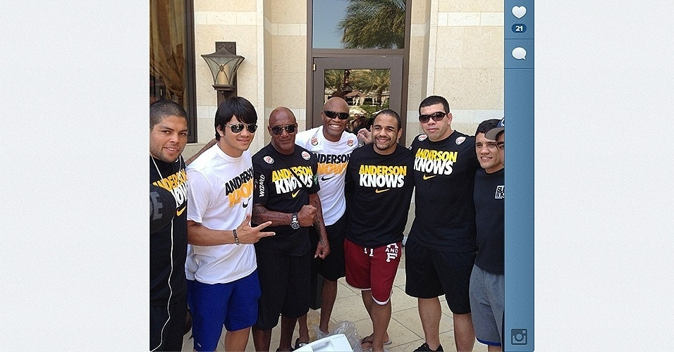 Anderson Silva posa com sua equipe depois do treino aberto do UFC 162 em Las Vegas