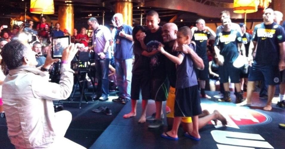 Anderson Silva tira foto com crianças depois do treino aberto do UFC 162
