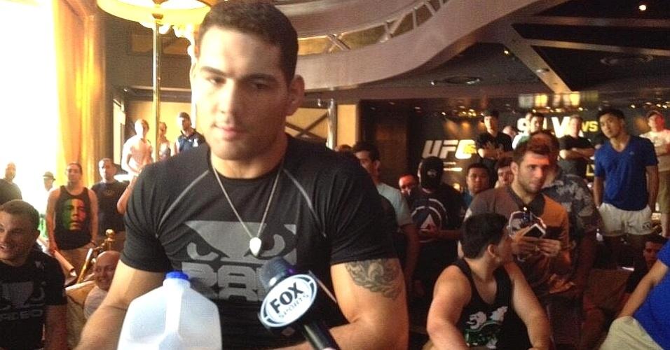 Chris Weidman concede entrevista para um batalhão de jornalistas no treino aberto do UFC 162