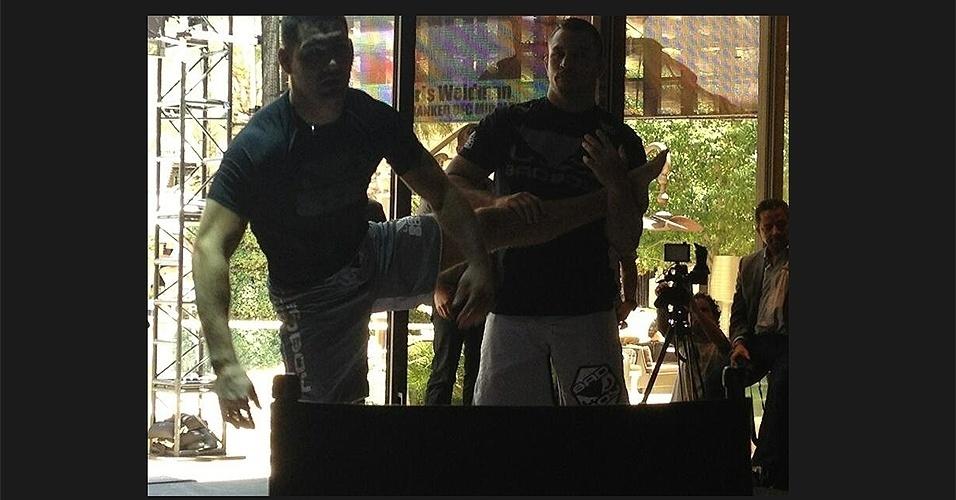 Chris Weidman faz alongamento para o treino aberto do UFC 162 em Las Vegas