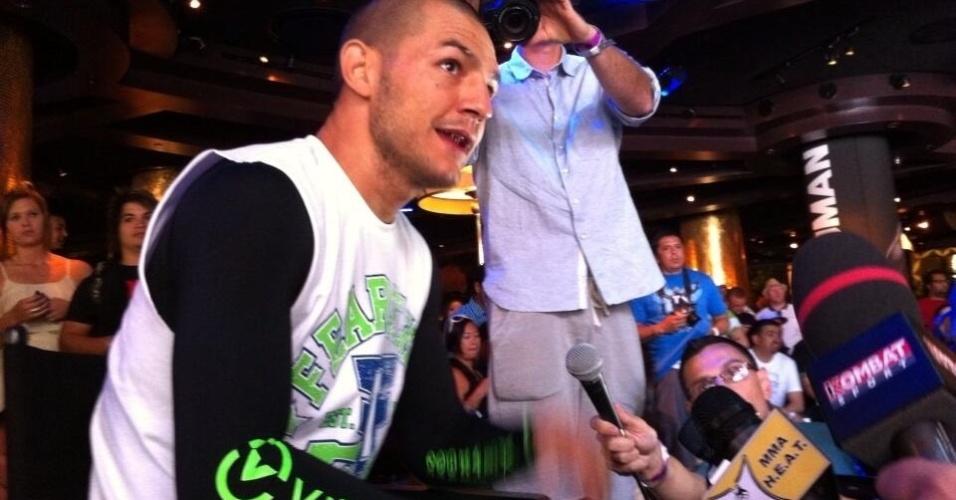Cub Swanson conversa com a imprensa durante o treino aberto do UFC 162