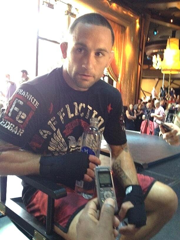 Ex-campeão dos leves Frankie Edgar concede entrevista durante o treino aberto do UFC 162