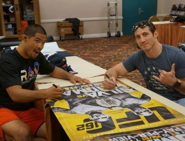 Mark Muñoz e Tim Kennedy assinam pôsteres do UFC 162