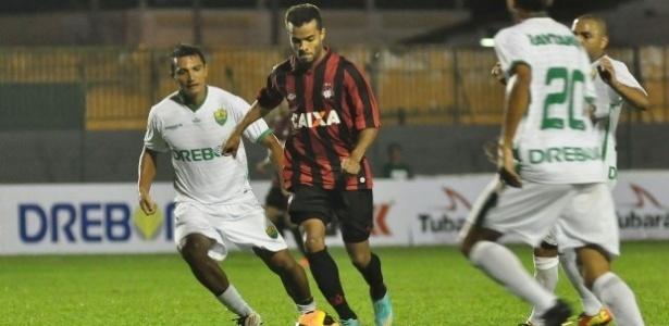 Meia Carlos Alberto, do Atlético-PR, em amistoso contra o Cuiabá, em Mato Grosso (02/07/2013)