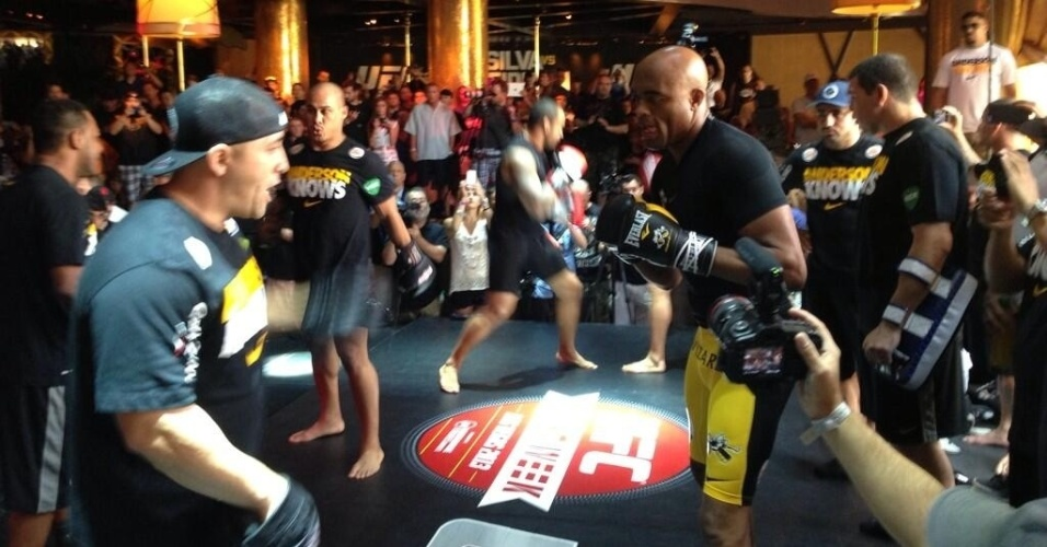 O campeão dos médios Anderson Silva é o último a participar do treino aberto do UFC 162 em Las Vegas