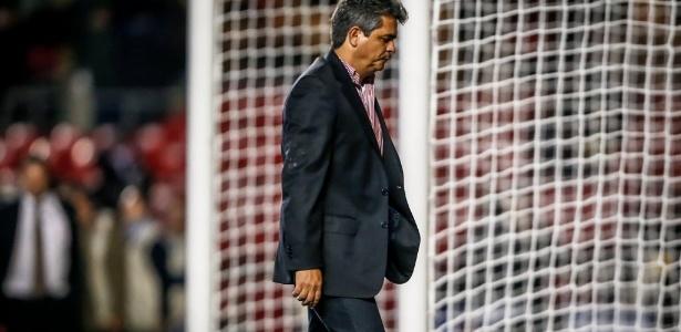 Ney deixa o gramado do Morumbi com a cabeça baixa após a derrota para o Corinthians