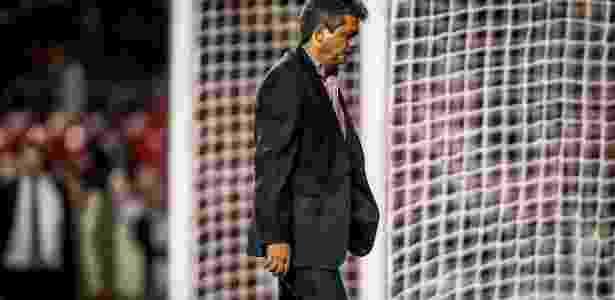 Ney deixa o gramado do Morumbi com a cabeça baixa após a derrota para o Corinthians - Leandro Moraes/UOL
