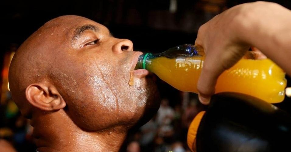 03.jul.2013 - Anderson Silva se hidrata durante a realização de treino aberto em Las Vegas antes do UFC 162