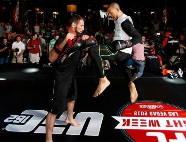 03.jul.2013 - Cub Swanson participa de treino aberto do UFC em Las Vegas antes da edição 162 do evento