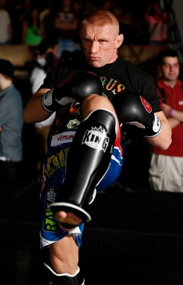 03.jul.2013 - Dennis Siver participa de treino aberto do UFC em Las Vegas antes da edição 162 do evento