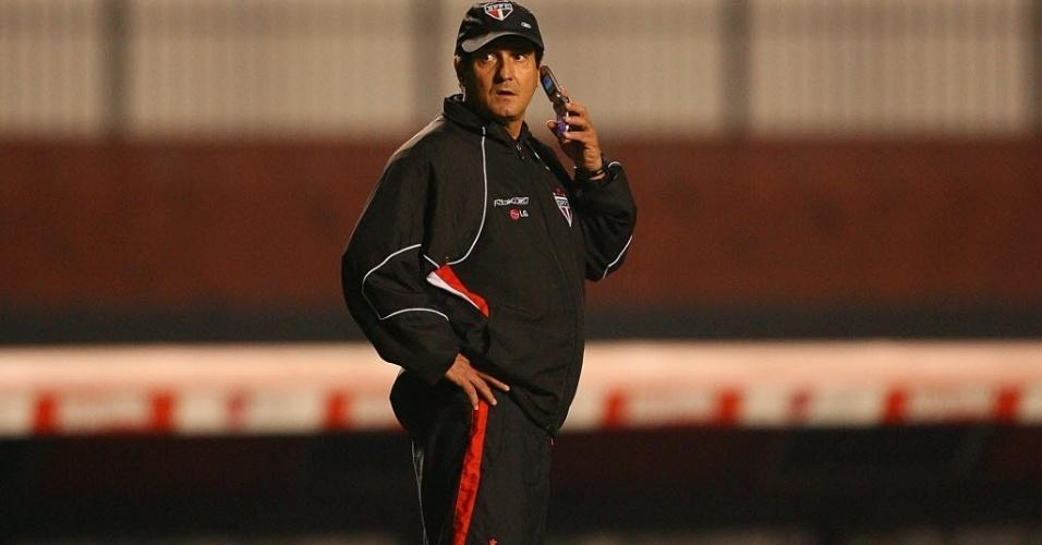 2008 - Muricy Ramalho fala ao telefone durante treino do São Paulo
