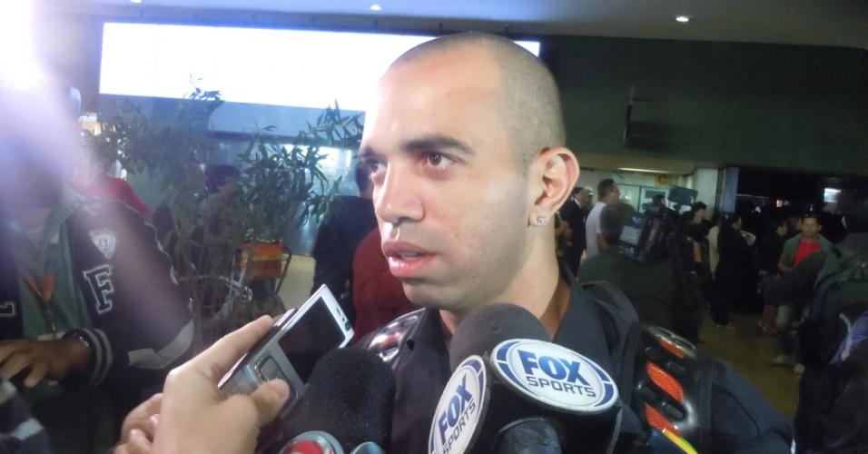 4 jul 2013 - Diego Tardelli destaca a importância do descanso, em entrevista, na chegada ao Aeroporto em Confins